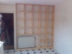 radiatorombouw en boekenkast